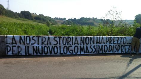 Striscione dei tifosi a Trigoria