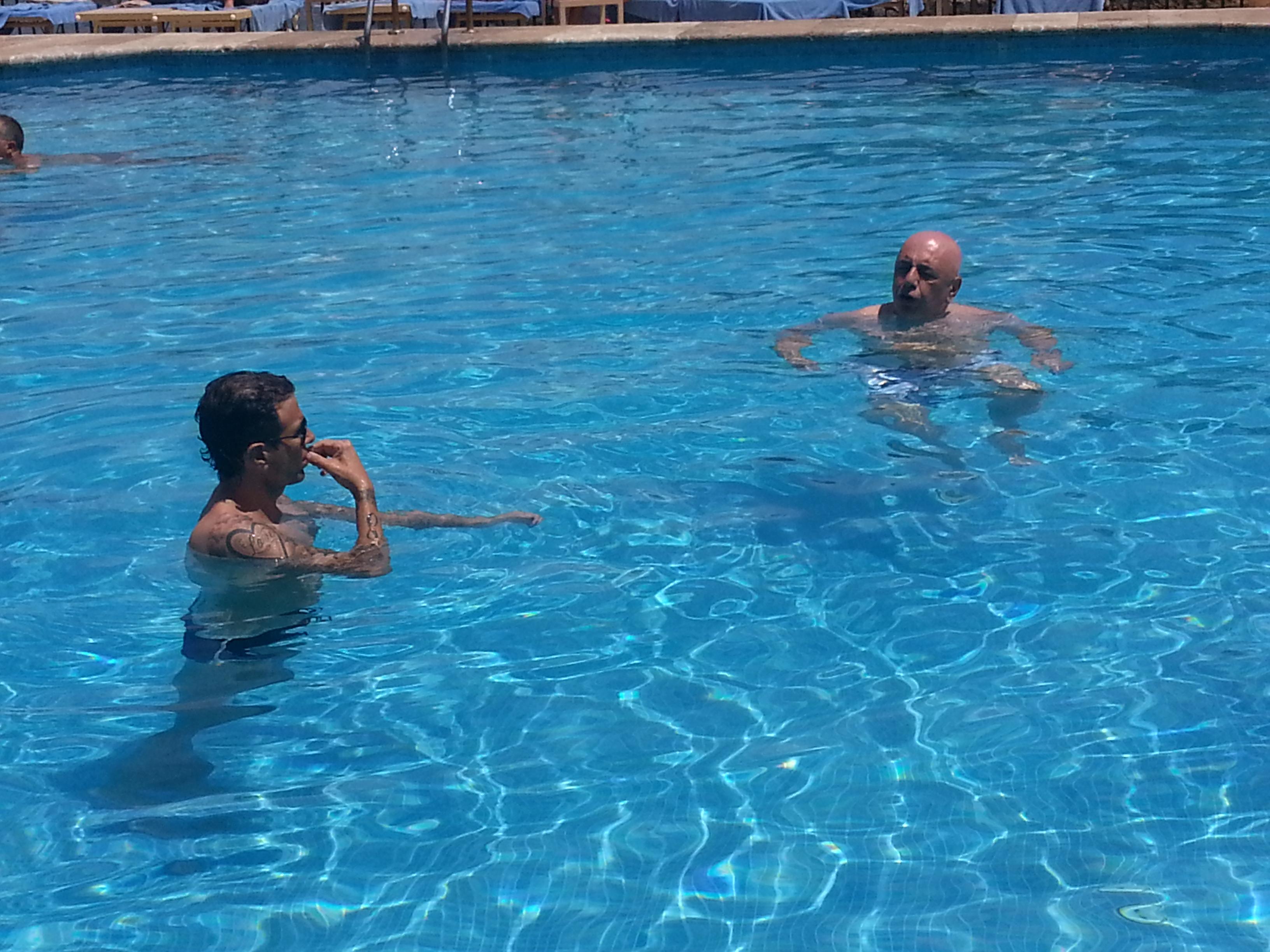 Ha prima fatto colazione con il presidente del Catania Antonino Pulvirenti per poi saggiare le acque della piscina dell'hotel Atlantis Bay della splendida località turistica.