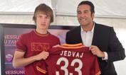 Roma, ecco Jedvaj    - Il nuovo acquisto giallorosso Tin Jedvaj, 17 anni di Zagabria, centrocampista proveniente dalla Dinamo. Qui, nel ritiro di Riscone, mostra la sua maglia numero 33