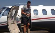Gomez arriva a Firenze    - Mario Gomez scende gli scalini dell'aereo che lo ha portato a Firenze: è il primo giorno in Italia per il nuovo acquisto dei viola, alle 18 terrà la conferenza stampa di presentazione. Twitter
