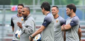 Fabio Liverani con il suo staff. Genoacfc.it