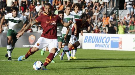Osvaldo calcia il rigore che Totti gli ha lasciato. Ansa
