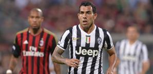 Carlitos Tevez in azione contro il Milan. LaPresse