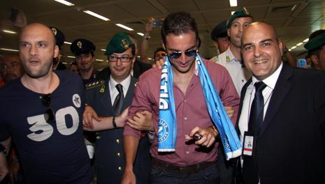 Gonzalo Higuain, 25 anni, appena sbarcato a Fiumicino con la sciarpa del Napoli al collo. Ansa