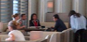 Immagine sfocata, sullo sfondo s'intravede Erick Thohir che dialoga col suo entourage a Milano