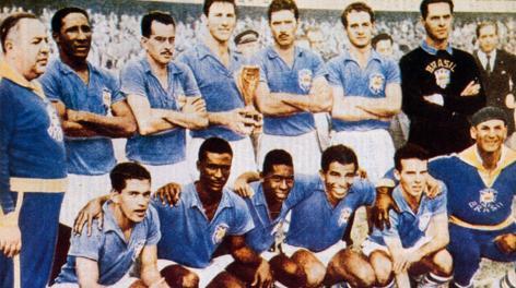 Il Brasile con la coppa Rimet del 1958: Djalma Santos è il secondo, in piedi, da sinistra