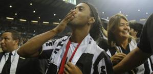 Ronaldinho manda baci dopo il trionfo in Libertadores. Ap