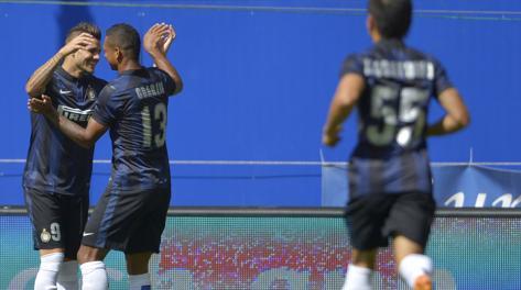 Icardi festeggiato da Guarin dopo il gol del vantaggio. Afp