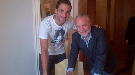 Gonzalo Higuain firma il contratto quinquennale con il Napoli con il presidente Aurelio DeLaurentiis