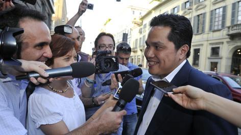 Erick Thohir assediato da giornalisti a Milano. Ipp