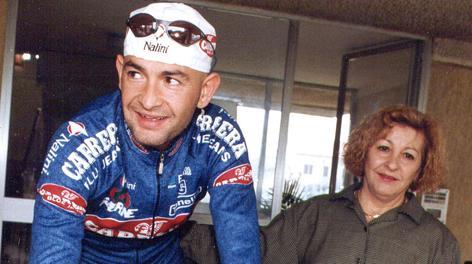 Tonina Pantani con Marco in una foto d'archivio. Ansa
