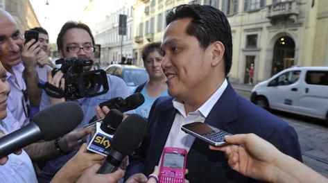 Erik Thohir a Milano, circondato dai giornalisti davanti all'hotel Armani. Ipp