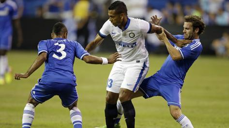 Fredy Guarin pressato da Ashley Cole (3) e Juan Mata. Ap
