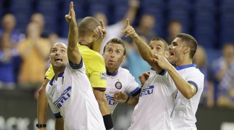 I giocatori dell'Inter protestano: non è rigore. Ap