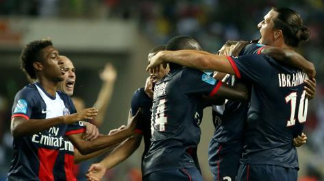 Ibrahimovic festeggia Ongenda dopo il gol del pareggio. Afp
