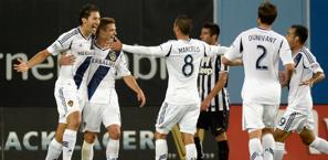I Los Angeles Galaxy festeggiano il gol dell'1-0 di Gonzalez. Afp