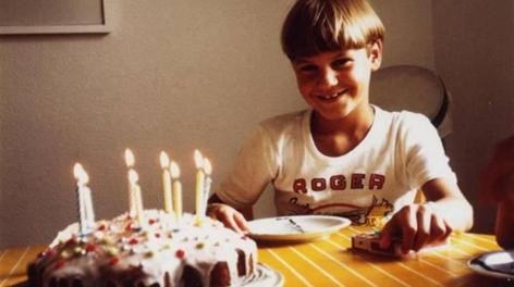 Roger Federer nel giorno del suo ottavo compleanno