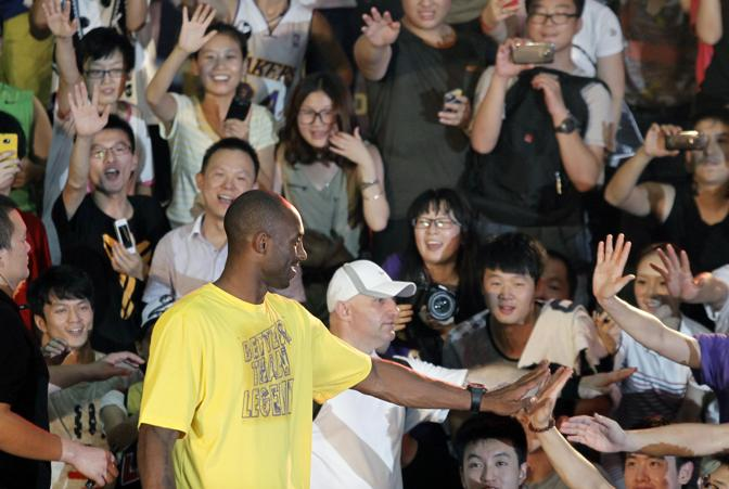 Kobe coi fan cinesi a Shanghai. Reuters