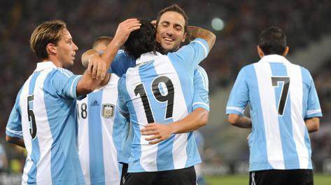 Gli autori dei due gol argentini: Higuain abbraccia Banega. Ansa