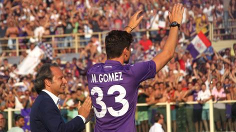 Mario Gomez saluta il pubblico del Franchi. LaPresse