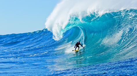 Un surfista in azione