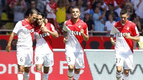 Falcao (secondo da sinistra) festeggiato dai compagni dopo il gol del vantaggio. Ansa