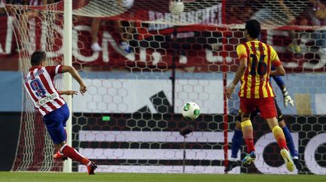 Il gran destro al volo di Villa per l'1-0. Reuters