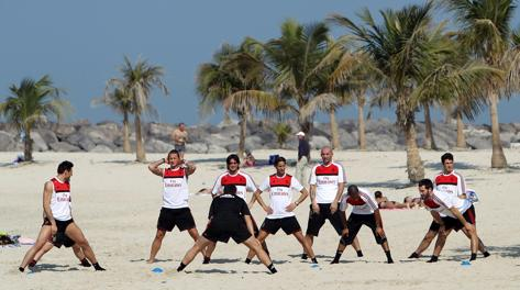 I giocatori del Milan durante un allenamento sulle spiagge di Dubai. Epa
