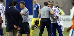 L'abbraccio tra Mourinho e Mazzarri in America