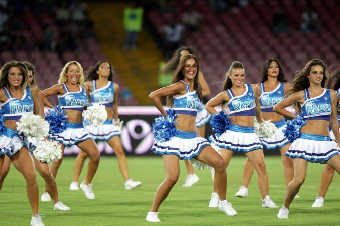 Anche le cheerleaders per l'esordio del Napoli al San Paolo. LaPresse