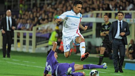 Montella assiste a una fase di gioco di Fiorentina-Catania.Ansa