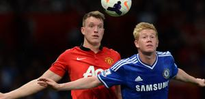 Phil Jones dello United e Kevin De Bruyne del Chelsea. Afp
