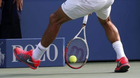 Il tweener di Roger Federer nel match contro Berlocq. Reuters