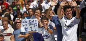 Tifosi del Real Madrid alla presentazione di Bale. Reuters
