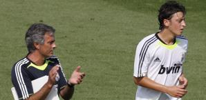 Josè Mourinho con Mesut Ozil ai tempi del Real Madrid. Ansa