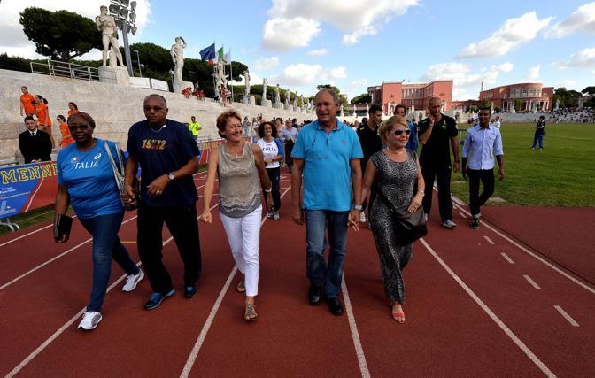 Assi per Pietro: Sara Simeoni, Tommie Smith, Alberto Juantorena con le due mogli allo Stadio dei Marmi. Gmt