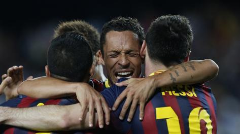 Sanchez abbracciato dai compagni. Reuters