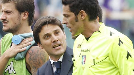 Vincenzo Montella protesta con De Marco a fine gara. Ap