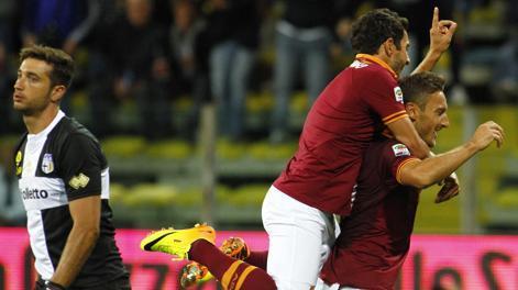 Francesco Totti esulta dopo la rete dell'1-2. LaPresse