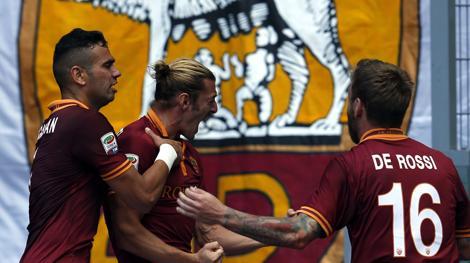 Balzaretti esulta dopo il gol con Castan e De Rossi. Reuters