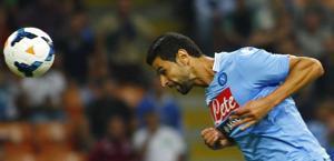 Miguel Britos insacca di testa l'1-0 del Napoli a San Siro. LaPresse