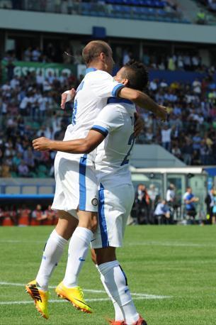 L'abbraccio tra Palacio e Taider dopo l'1-0. Lapresse