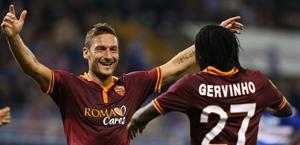L'abbraccio tra Totti e Gervinho. Ap