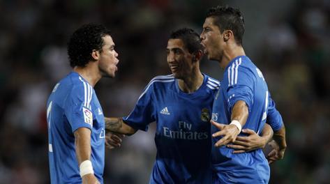 Ronaldo abbracciato da Pepe e Di Maria. Ap