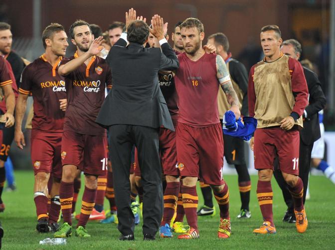 Anche Rudi Garcia rientra in campo per fare festa con i suoi dopo l'espulsione sullo 0-0. Ansa