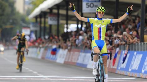 L'arrivo vincente di Matej Mohoric. Bettini