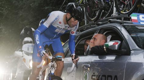 Vincenzo Nibali parla col c.t. Bettini. Bettini