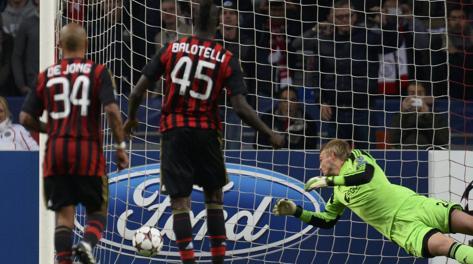 Il rigore di Balotelli con l'Ajax. Reuters