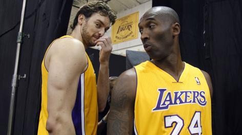 Pau Gasol, 33 anni, e Kobe Bryant, 35: con Steve Nash saranno l'anima dei Lakers. Ap