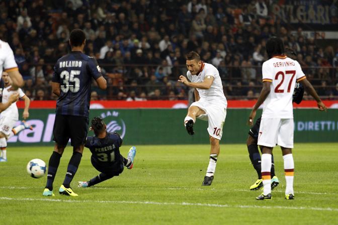 Pereira si avventa sul capitano della Roma ma senza risultato... Action Images